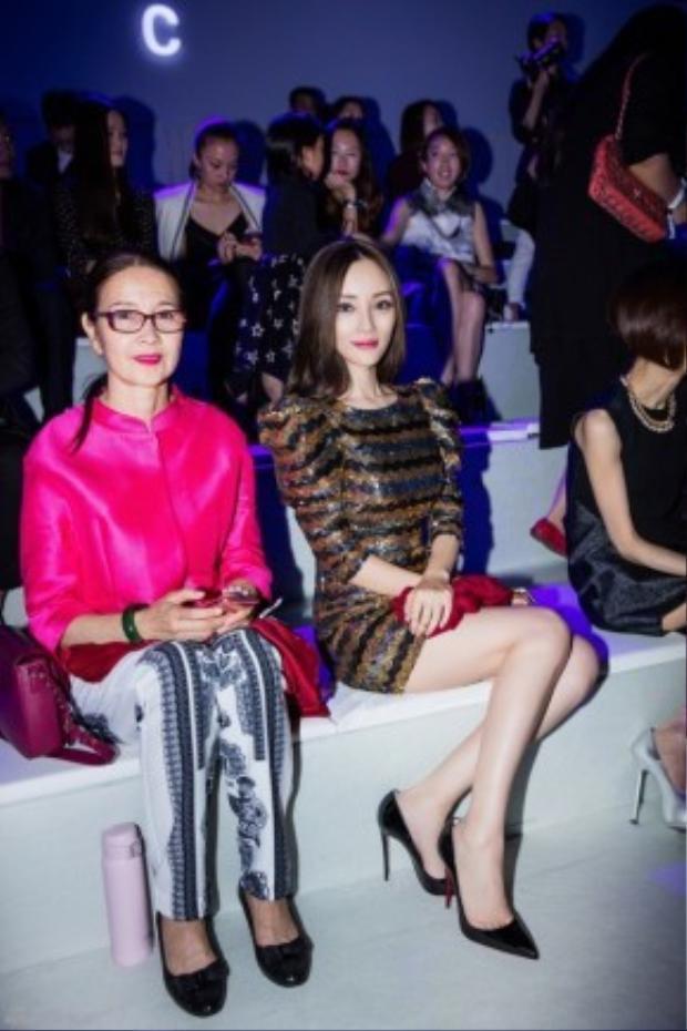 Lý Tiểu Lộ bên mẹ khi dự show thời trang. Không thể phủ nhận, mẹ Tiểu Lộ sành điệu và sang chảnh chẳng kém con.