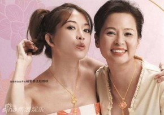 Lâm Chí Linh bên người mẹ từng là Hoa khôi.