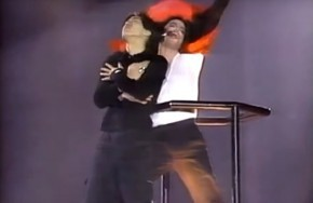 Bỗng nhiên phần trình diễn Earth Song có thêm một diễn viên phụ họa trong khung cảnh rất… Titanic!