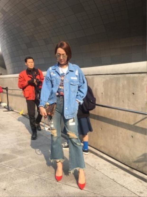 Minh Hằng xuất hiện ấn tượng trên đường phố Seoul với hot trend denim on denim siêu hot.