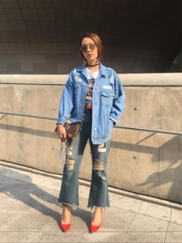 Cô cá tính với set đồ được mix&match chỉn chu từ trang phục tới những món đồ phụ kiện như vòng cổ choker, túi LV, kính mắt Rayban và đặc biệt nhất chính là điểm nhấn từ đôi giày cao gót màu đỏ, nổi bần bật trên phố.