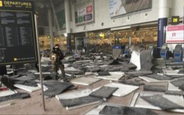 Sân bay Zeventem bị hư hại nặng sau vụ nổ. Ảnh: Jef Versele.