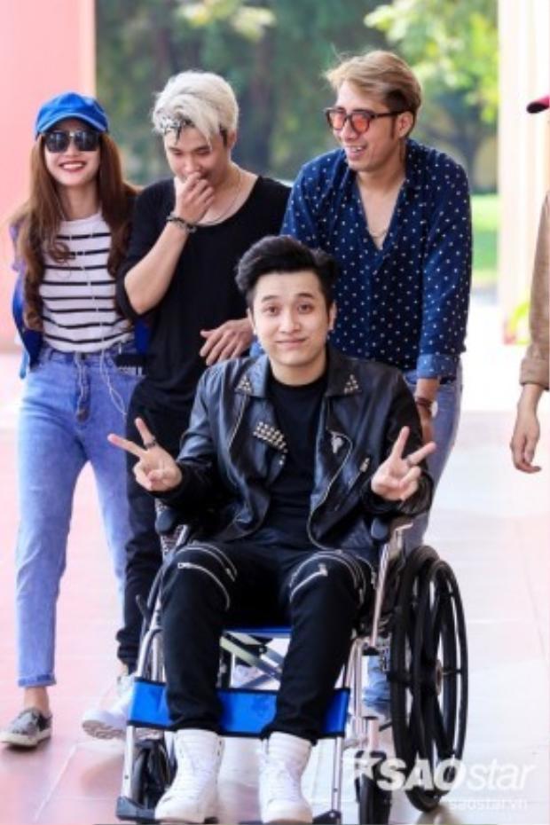 Mới đây, Yanbi cũng gây bất ngờ khi ngồi xe lăn đến tham gia thi X-factor.