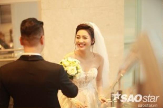 Cặp đôi thể hiện nhiều cử chỉ thân mật trong đám cưới.