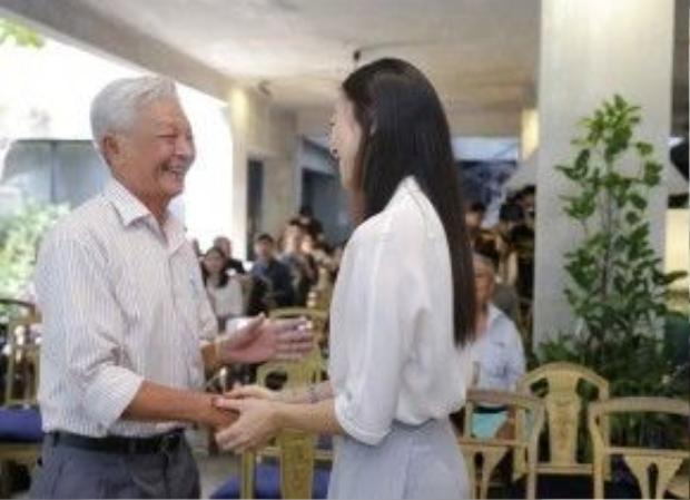 Bố Jun Phạm cũng có mặt để chung vui cùng con trai mình. Ông vui vẻ chào hỏi, trò chuyện với Ngô Thanh Vân.
