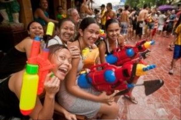 """Ở Songkran, không còn khoảng cách xa lạ, người nước ngoài hay người bản địa. Bạn chỉ cần làm một điều duy nhất: """"Cầm súng lên và bắn."""""""