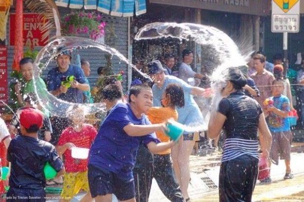Giới trẻ Sài Gòn xôn xao với Lễ hội té nước kiểu Thái