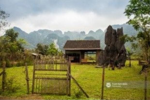 """Những phiến đá """"mọc"""" xen lẫn nhà ở, cảnh vật làng quê… càng khiến nơi này sở hữu một vẻ đẹp thật đặc biệt."""
