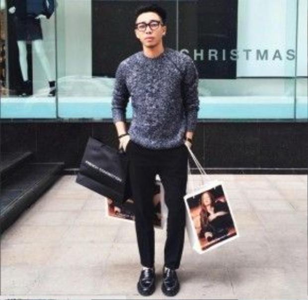 Hoàng Ku khoe ảnh shopping trên trang Instagram của anh. Mặc dù diện trang phục minimal nhưng trông anh chàng vẫn khá sành điệu. Anh chàng cũng sử dụng mẫu kính gọng màu đang hot từ thương hiệu Gentle Monster.