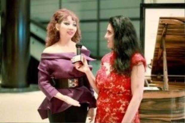 """Được biết đến là NTK Việt thành công và nổi tiếng tại xứ cờ hoa, nghiễm nhiên những show diễn của Quỳnh Paris liên tục được báo chí đình đám trong làng thời trang Mỹ đưa tin như: tạp chí """"quyền lực"""" Vogue, Glamour, Los Angeles Times, WWD, LA Fashion Magazine, New York Fashion Times, Hollywood Times, và cũng là lần đầu tiên Fox New - Đài Quốc Gia của Mỹ đến tham dự và phỏng vấn riêng Quỳnh Paris."""