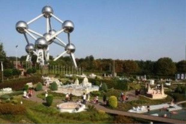 """Mộc góc công viên Mini - Europe. Phía xa góc trái làAtonium - """"tháp Eiffel của Brussels""""."""