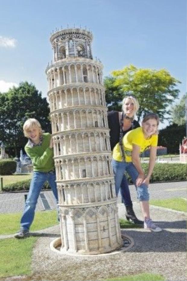 """Tháp nghiêng Pisa bỗng chốc nhỏ bé khi đứng cạnh những du khách """"khổng lồ""""."""