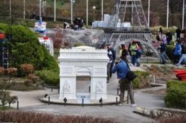 Thật thú vị khi tất cả châu Âu nằm gọn trong công viên Mini - Europe. Trong ảnh là mô hình Khải Hoàn Môn của Paris (Pháp).