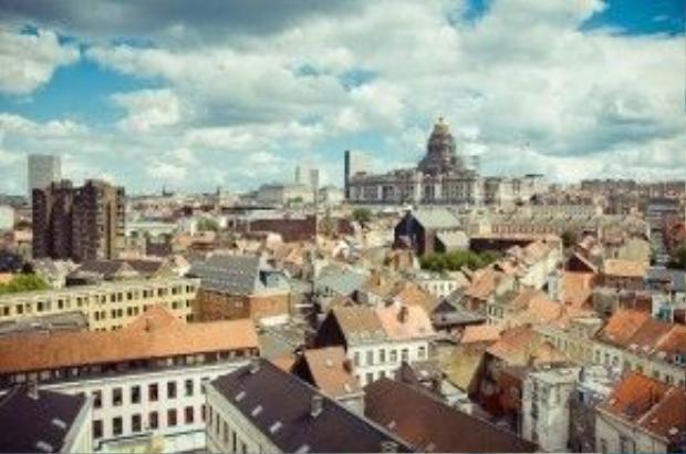 Từ Palais de Justice, du khách sẽ có thể nhìn toàn cảnh thành phố Brussels.
