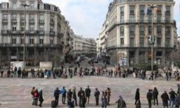 Du khách đứng vây quanh quảng trường để đọc các thông điệp. Ảnh: Belga vi/Rex/Shutterstock