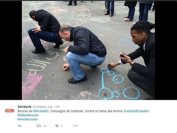 Quảng trường Bourse (Bỉ) hóa thành tấm bảng thông điệp khổng lồ sau khủng bố