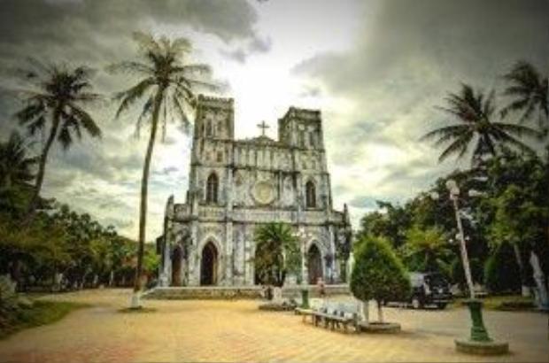 Nhà thờ Mằng Lăng là nơi lưu giữ quyển sách đầu tiên được in bằng tiếng Việt. Nhà thờ được xây dựng theo phong cách Gothic. Với lịch sử hơn 120 năm tồn tại, Mằng Lăng được xem là nhà thờ cổ nhất tỉnh Phú Yên.