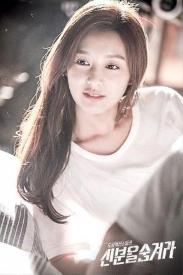Uốn nhẹ phần đuôi tóc là lựa chọn của Kim Ji Won trong phim Hidden Identity.