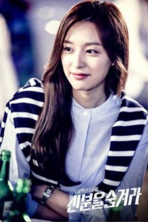 Với style tóc thẳng ngôi giữa của Ji Won như thế này, hãy chắc rằng bạn thực sự có một gương mặt tròn vừa phải nếu như không muốn mình trông già đi.