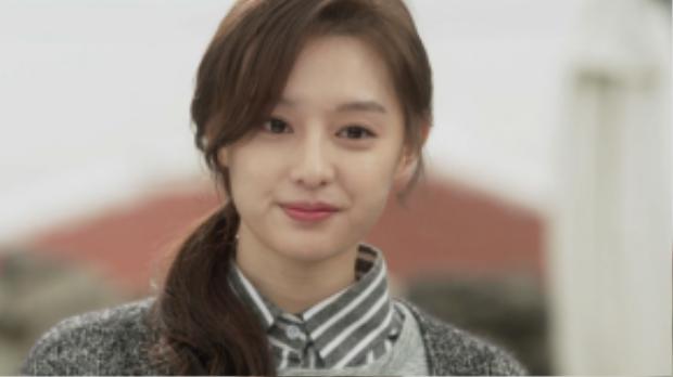 Khi quá bận rộn mà không có thời gian chăm sóc tóc, buộc tóc lên như Kim Ji Won trong One sunny dayđể có vè ngoài gọn gàng và đàng yêu tức thì.