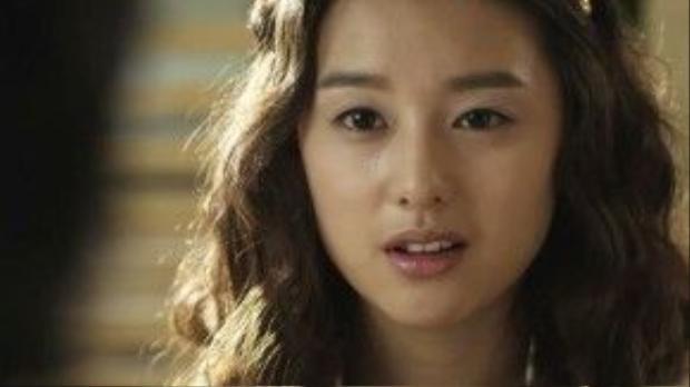 Vẫn là tóc dài nhưng uốn theo stylemì sợi khiến Ji Won thực sự khác lạ.