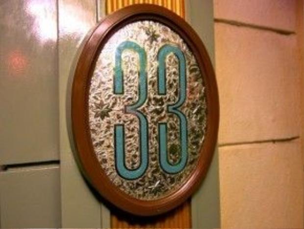 Màu của cánh cửa được thiết kế không quá nổi bật so vớimàu tường xung quanh nên rất khó để những người đi ngang qua có thể phát hiện ra sự tồn tại của Club 33.