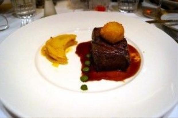 Thịt bò thăn, sò điệp chiên xù và khoai tây nướng.