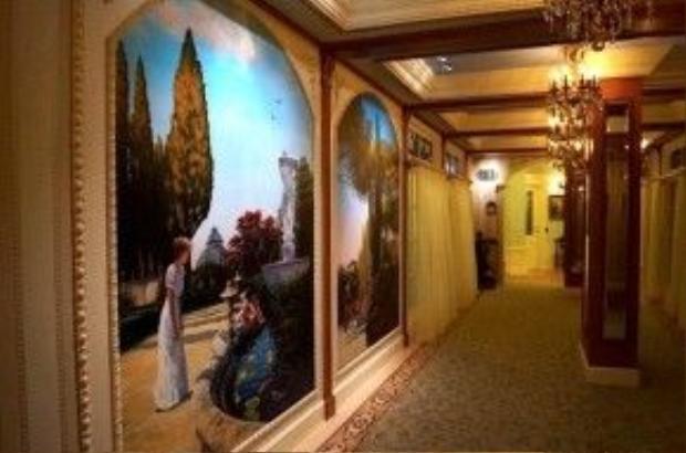 """Những bức tường củaClub 33 được phủ kín bởi các bức tranh theo chủ đề câu chuyện """"Công chúa và hoàng tửếch""""."""