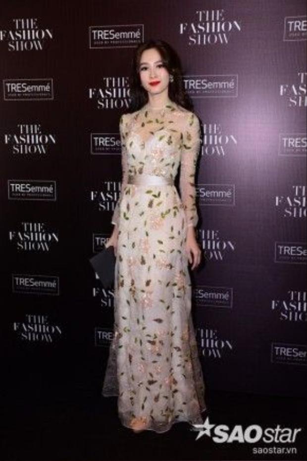 Hoa hậu Đặng Thu Thảo đúng danh Mỹ nữ vạn người mê với thiết kế đầm xuyên thấu nhẹ nhàng, nữ tính nhưng vẫn kín đáo của NTK Tùng Vũ. Son môi đỏ khiến cô tươi xinh và cuốn hút hơn.