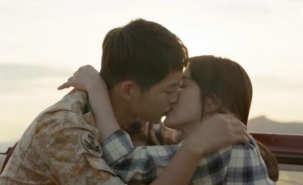 Hậu duệ mặt trời tập 9 hot bất ngờ vì 3 nụ hôn liên tiếp của cặp Song  Song