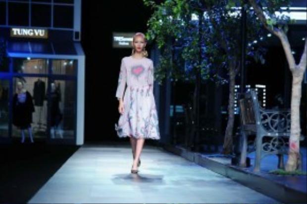 Những thiết kế của Tùng luôn mang cảm giác nhẹ nhàng tôn lên vẻ nữ tính ngọt ngào của người phụ nữ, nhưng cũng phải mang một cảm giác xa hoa nhất định bởi khả năng xử lý bề mặt tinh xảo, tiệm cận với chuẩn mực Haute Couture của thế giới.
