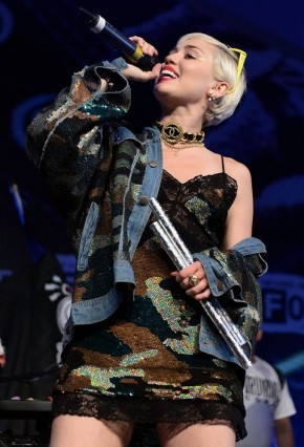 Miley Cyrus mang camo lên cả sân khấu lẫn ngoài đời thường.