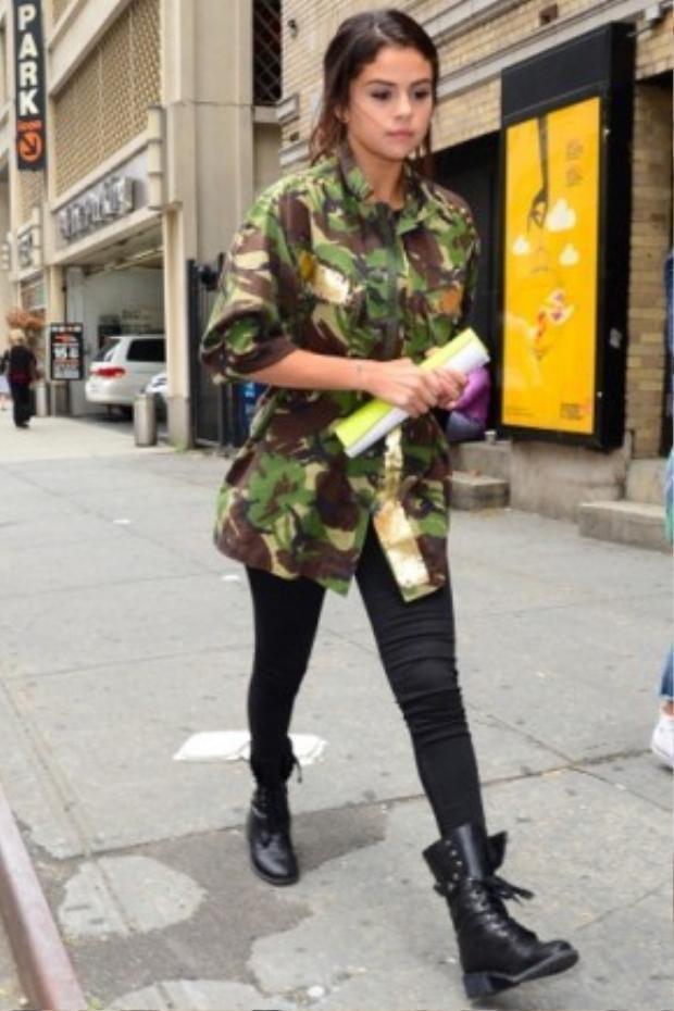 Cả cô nàng nữ tính Selena Gomez cũng yêu thích camo.
