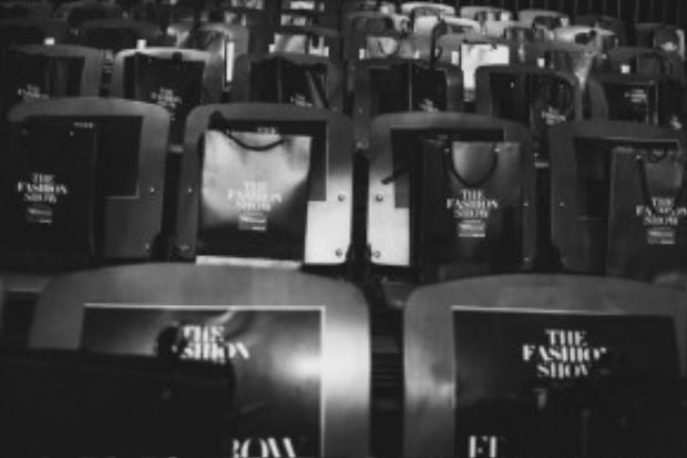 Hàng ghế đầu của show diễn có sự góp mặt của loạt sao đình đám như: Tóc Tiên, Kathy Uyên, Lan Phương, Lan Khuê, Diễm Hương, Đặng Thu Thảo… cùng những tín đồ thời trang đình đám như Lê Minh Ngọc, Lâm Thúy Nhàn, Khuất Năng Vĩnh, Julia Đoàn…
