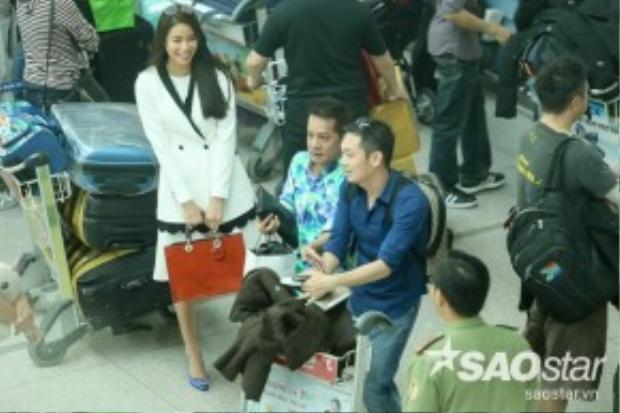 Sáng 24/3, hoa hậu Phạm Hương và nghệ sĩ hài Minh Nhí thu hút nhiều sự chú ý khi có mặt tại sân bay quốc tế Tân Sơn Nhất (TP HCM) để đáp máy bay sang Đức. Cả hai tỏ ra rất vui vì có dịp bay cùng chuyến.