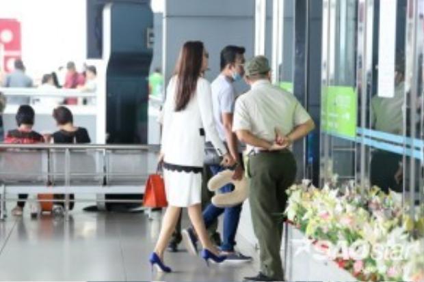 Sau đó, cô cùng người quản lý nhanh chóng di chuyển vào trong để chuẩn bị các thủ tục cần thiết.