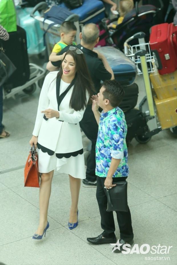 Phạm Hương, danh hài Minh Nhí đùa vui thoải mái ở sân bay