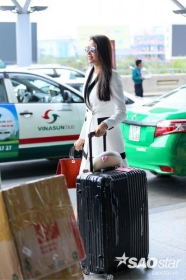 Trước đó, Phạm Hương xuất hiện nổi bật trong bộ cánh màu trắng kết hợp cùng loạt phụ kiện hàng hiệu bắt mắt.