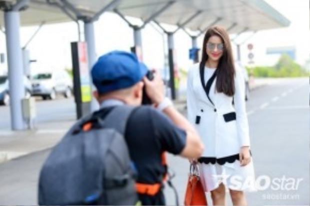 Phạm Hương thân thiện nán lại tạo dáng để cánh truyền thông có được những shoot hình ưng ý nhất.