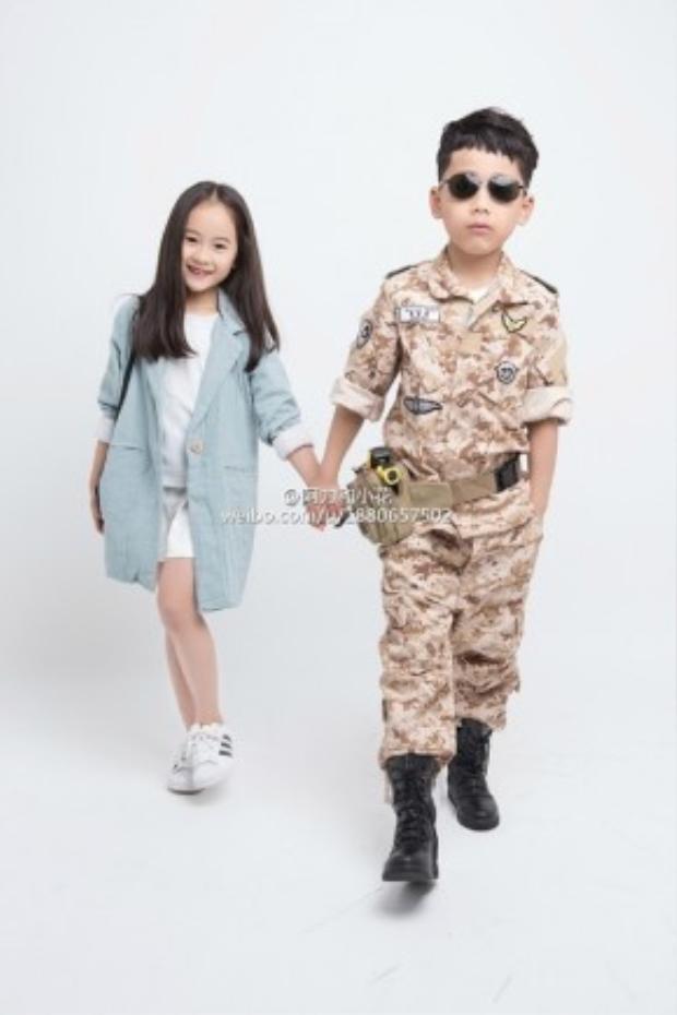 """Nhiều người thậm chí còn thích thú với phiên bản thu nhỏ của đại úy Yoo và bác sĩ Kang này còn hơn cả cặp đôi """"chính chủ"""" Song Joong Ki - Song Hye Kyo."""
