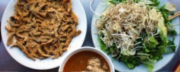 Gỏi cá Tân Mai thường được ăn kèm với rất nhiều loại rau, đặc biệt là rau chuối thái sợi.