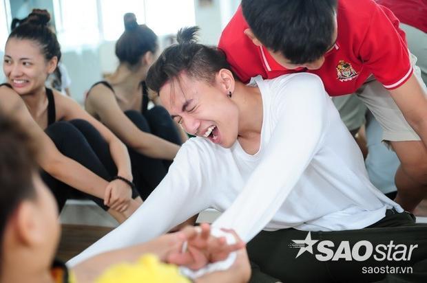 S.T ngất xỉu, Hồng Quế bật khóc, MLee gào thét vì bị vũ công nhí tra tấn