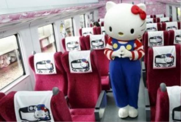 Biểu tượng chú mèo hồng nổi tiếng xuất hiện khắp nơi, từ ngoài vào trong tàu.