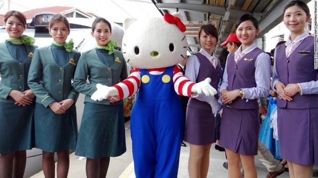 Tàu Hello Kitty vừa ra mắt, hành khách đã cầm nhầm 328 chiếc khăn tựa đầu