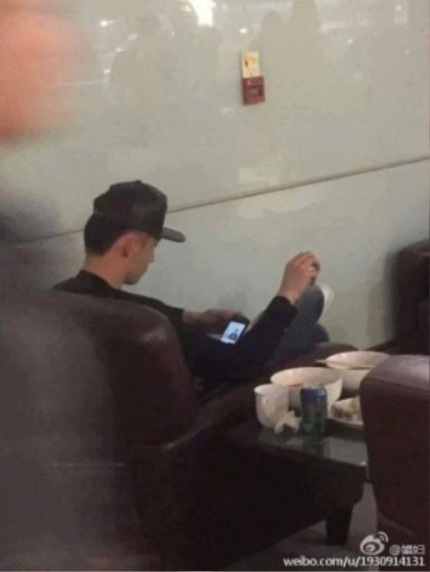 Hoàng Cảnh Du ngồi một mình và lôi ảnh Ngụy Châu ra ngắm.