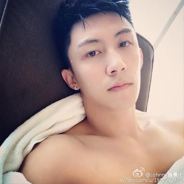 Fan bấn loạn vì ảnh chụp lén Hoàng Cảnh Du đang ngắm ảnh Hứa Ngụy Châu
