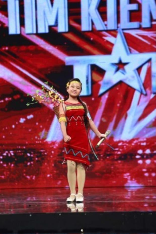 Giọng hát cao vút, trong trẻo của Quỳnh Anh ở vòng loại sân khấu với bài hát Cô gái vót chông được nhạc sĩ Huy Tuấn đánh giá không thua kém bất kì ca sĩ chuyên nghiệp nào.