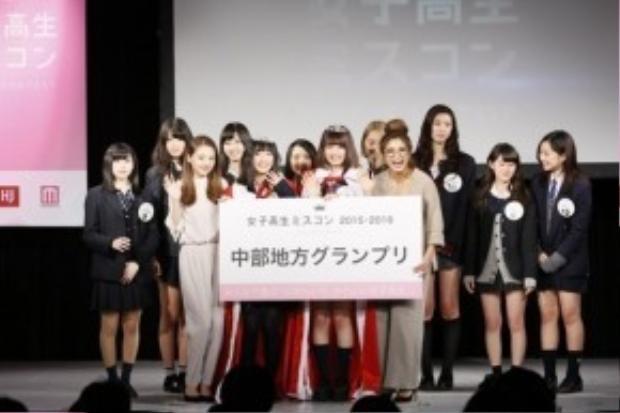 Ban tổ chức trao phần thưởng cho các thí sinh đạt giải cao trong các vòng bán kết của từng khu vực.