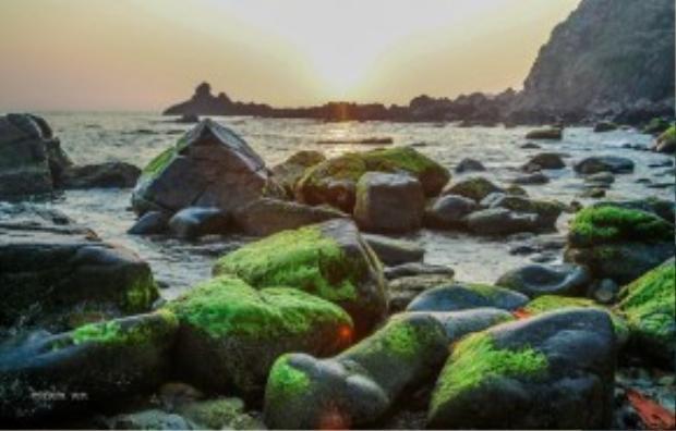 Ở đây, chỉ có đá và biển làm bạn với nhau. Biển xô đá suốt một thời gian dài, tạo nên vô vàn hình thù kỳ lạ, thú vị trên những tảng đá lô nhô trên mặt nước xanh ngọc bích. Ảnh: Phạm An.