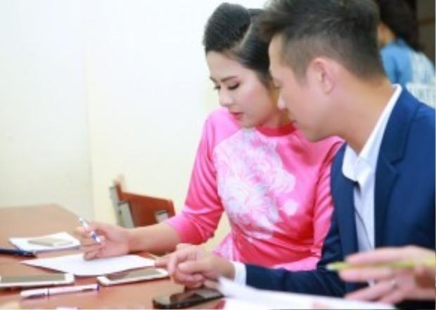 Hoa hậu Ngọc Hân và MC Anh Tuấn tập trung chấm giải. Cả hai có mối quan hệ khá thân thiết.